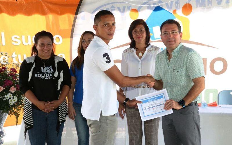 Un desembolso de 585 mil balboas Entregan 63 certificados de Bono Solidario en Los Santos Un total de 63 certificados del Bono Solidario de Vivienda entregó el viceministro de Vivienda […]