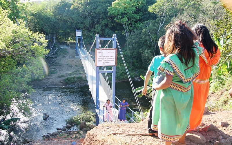 En Chiriquí y comarca Comunidades ya disfrutan de tres nuevos Zarzos de Esperanza En este primer trimestre del año, tres nuevos Zarzos de Esperanza o puentes colgantes peatonales han sido […]