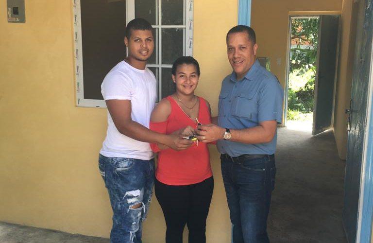 Hoy les cambió la vida Colonenses reciben sus casas de Techos de Esperanza En la provincia de Colón, 45 familias recibieron las llaves de su nueva vivienda del programa Techos […]